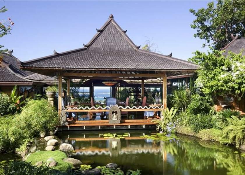 Luxe et calme à l'ombre de ce patio dans la villa de David Bowie à l'île Moustique
