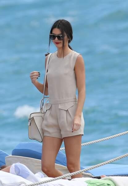 A Cannes, Kendall Jenner n'a pas peur des frisottis, elle est passée par la case lissage avant de prendre l'avion