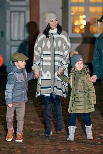 La Princesse Mary, en manteau Zara, avec ses enfants le 22 novembre 2016