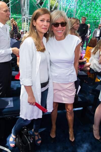 Anne Gravoin et Brigitte Macron au défilé Christian Dior lors de la Fashion Week à Paris, le 6 juillet 2015