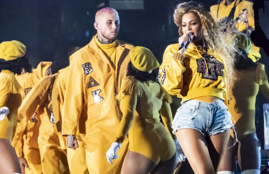 À Coachella, Beyonce rayonne dans son sweet jaune et son short en jean Balmain dessinés par Olivier Rousteing
