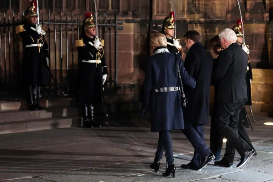Le dos du manteau de Brigitte Macron laisse apparaitre une ceinture à la taille, un détail chic by Louis Vuitton.