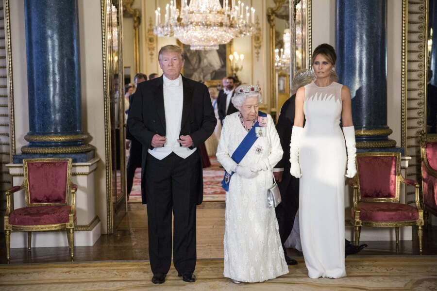 Donald et Melania Trump entourent la reine Elizabeth II, à Buckingham, le 3 juin 2019.