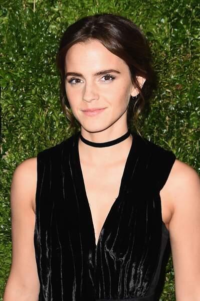 Emma Watson en 2016, brune les cheveux longs et adepte du chignon flou.