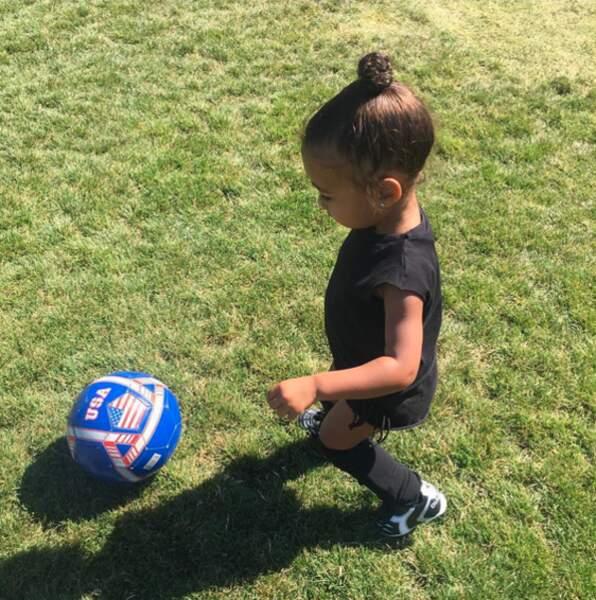 North West Kardashian se met au sport cet été. La petite fille se met au football!