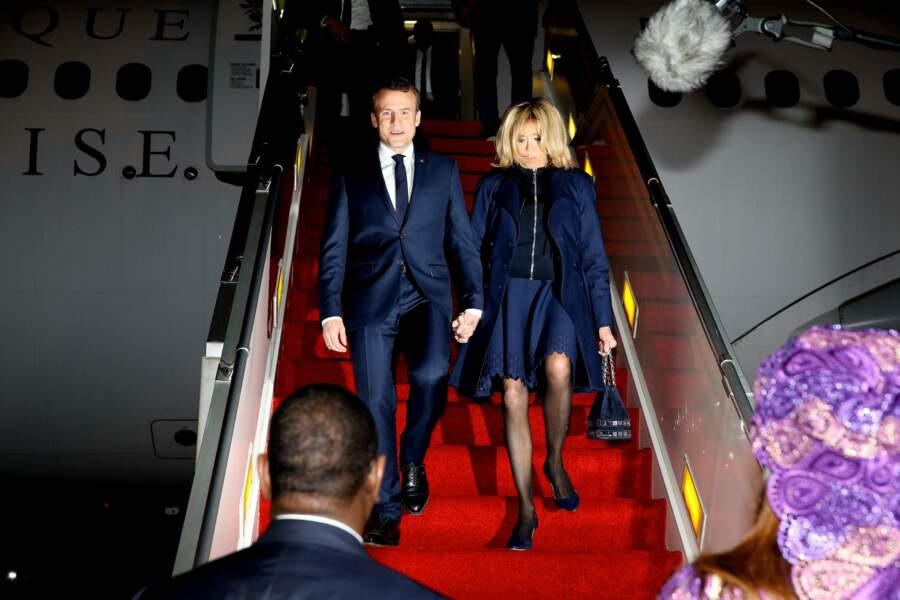 Emmanuel et Brigitte Macron à l'aéroport de Dakar au Sénégal