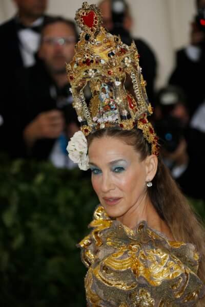 Sarah Jessica Parker impressionnante avec sa coiffe qui évoque le Vatican