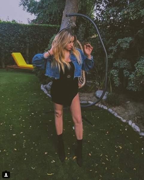 Pour ses soirées estivales, Darina Scotti réhausse sa robe courte et fendue d'une paire de talons noirs, sexy.
