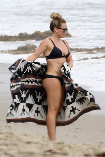 Sous le paréo d'Hilary Duff, une peau lisse. Merci le brossage à sec.