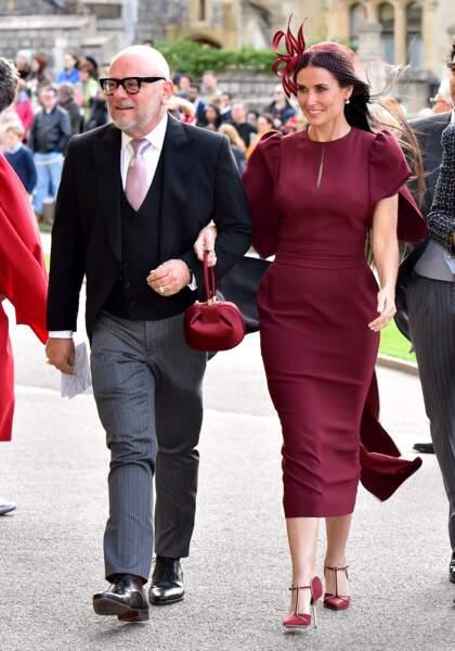 """Demi Moore était en look couleur """"framboise écrasée"""" au mariage de la princesse Eugenie."""
