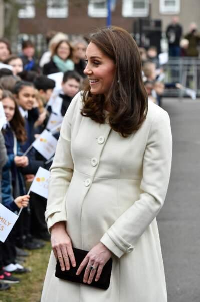 Radieuse, Kate Middleton porte un manteau crème qui souligne bien son baby-bump