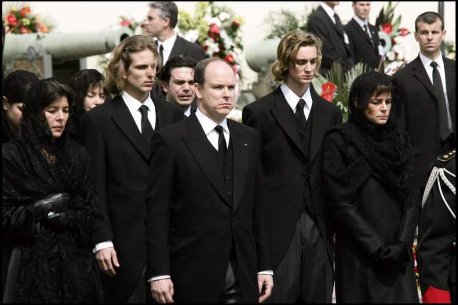 Caroline de Monaco en famille lors des obsèques du prince Rainier III dans la cathédrale de Monaco, en 2005