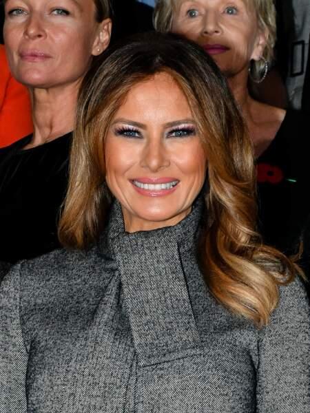 Cheveux lâchés, robe et manteau gris portés comme une cape, Melania Trump est impériale