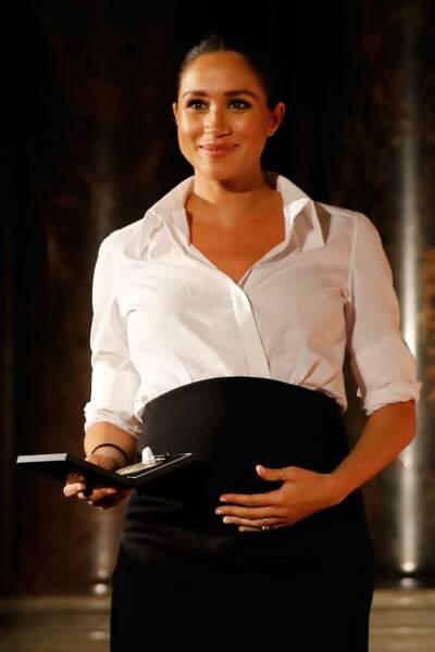 Meghan Markle enceinte de sept mois affiche un baby-bump impressionant en look Givenchy