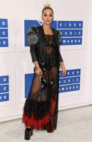 """Rita Ora a tenté le look """"passion oiseaux"""". A tort également."""