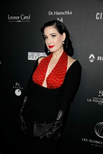 Dita von Teese fait le show avec une robe bicolore dont le bustier rouge s'accorde à son rouge à lèvres