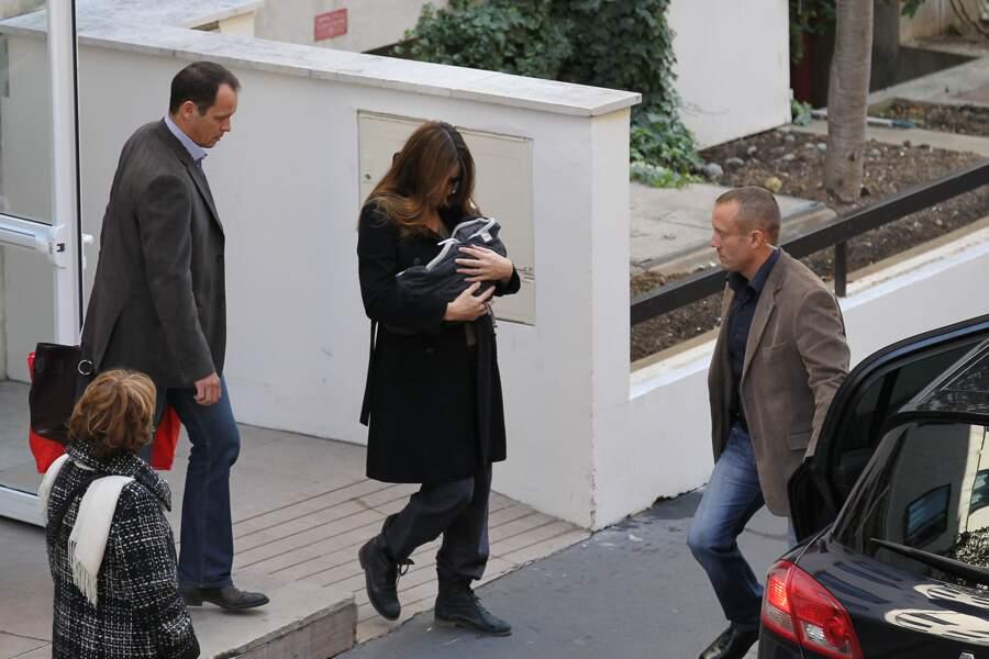 Les toutes premières images de la petite Giulia, à sa sortie de la clinique de La Muette, en octobre 2011