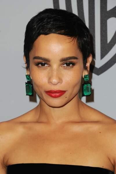 Des boucles d'oreilles longues et une coupe ultra courte, l'association sexy de Zoe Kravitz.