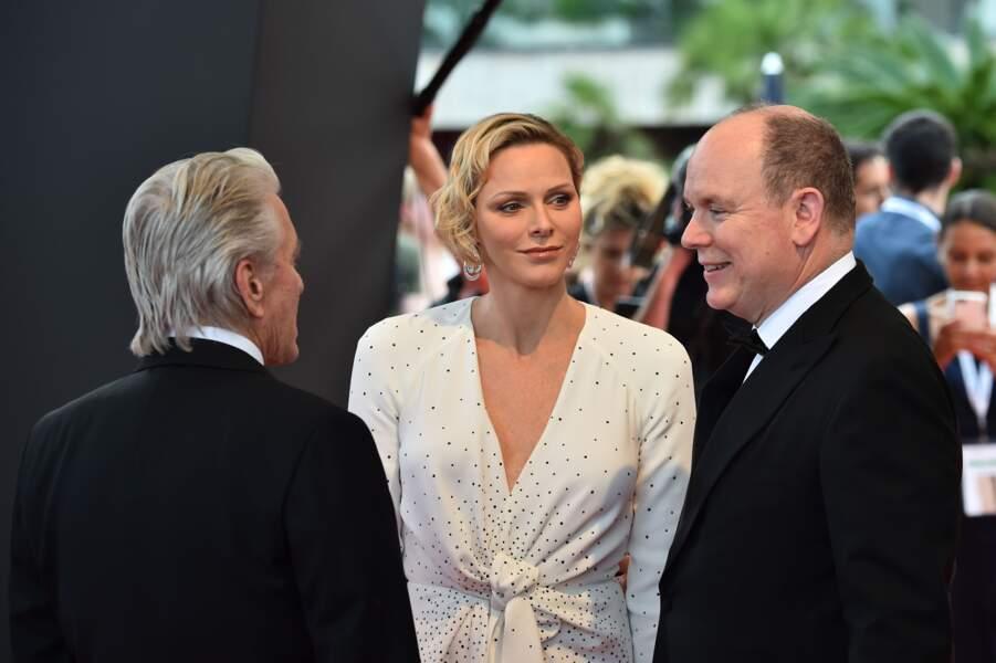 Même si Michael Douglas est face à elle, Charlene de Monaco ne lâche pas Albert II du regard