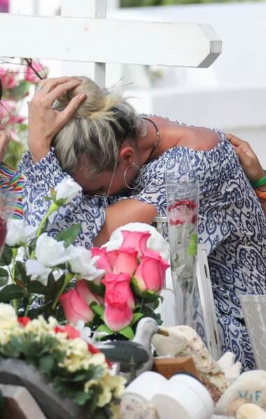 Laeticia Hallyday fond en larmes devant la tombe de Johnny Halyday au cimetière de Lorient le 16 avril 2018