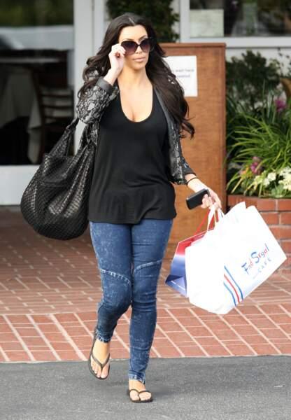 2010, Kim Kardashian a 30 ans ! Accroc du shopping, elle sort au naturel dans les rues de Beverly Hills.
