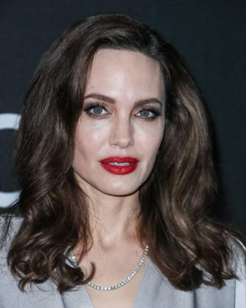 Style femme fatale yeux noirs et bouche rouge pour Angelina Jolie