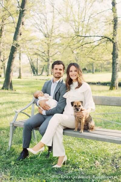 Carl Philip et Soia de Suède savourent leur nouvelle vie de famille sous le regard de leur chien Siri