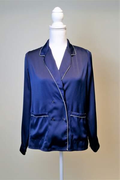 La chemise bleue en soie version pyjama chic de Jenifer est un intemporel.