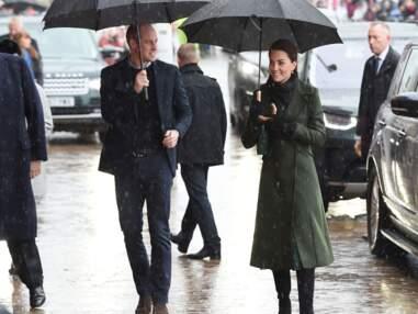 PHOTOS - Kate Middleton ravissante en vert olive sous la pluie, elle garde le sourire