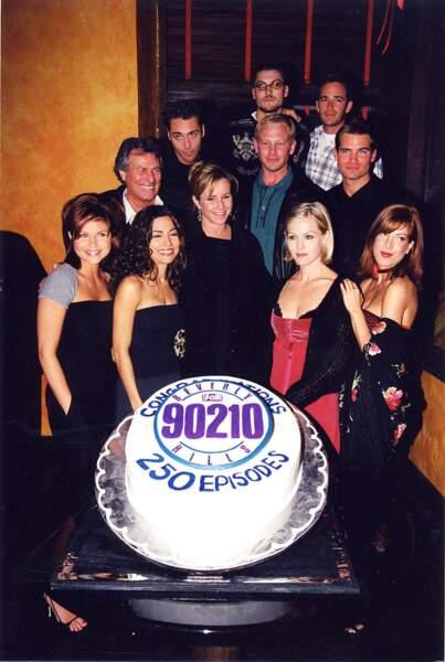 """Luke Perry et ses partenaires de """"Beverly Hills"""" célèbrent le 250e épisode de la série en 1998"""
