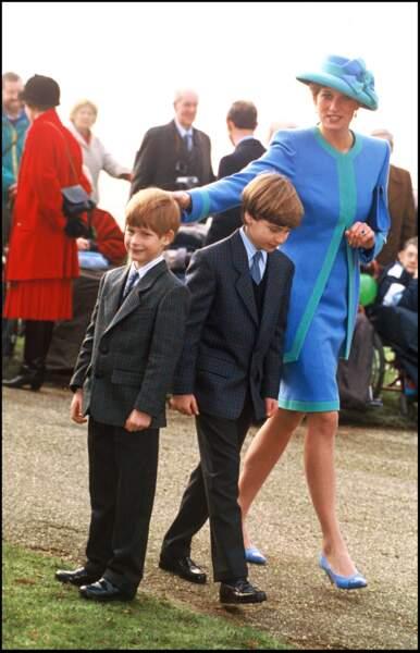 Diana, Harry et William, très élégants dans leurs costumes en tweed, lors de la messe de Noël à Sandringham en 1991