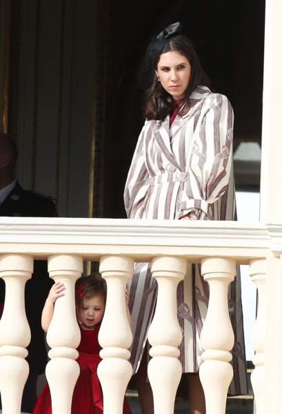 Avec sa maman, Tatiana Santo Domingo, la petite India se croit à l'abri des regards pour admirer son public