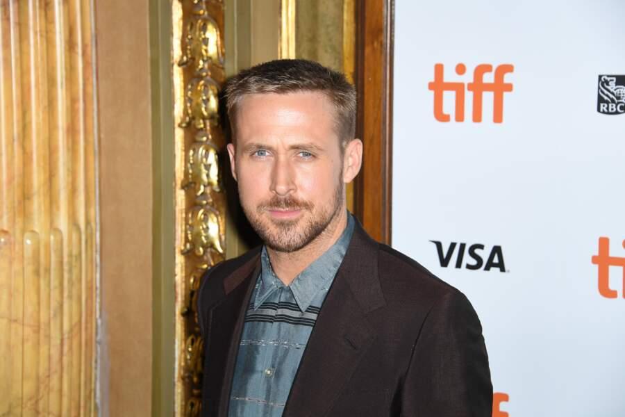 L'acteur Ryan Gosling entre dans la tendance et en devient un expert avec son look de soir, décalé.