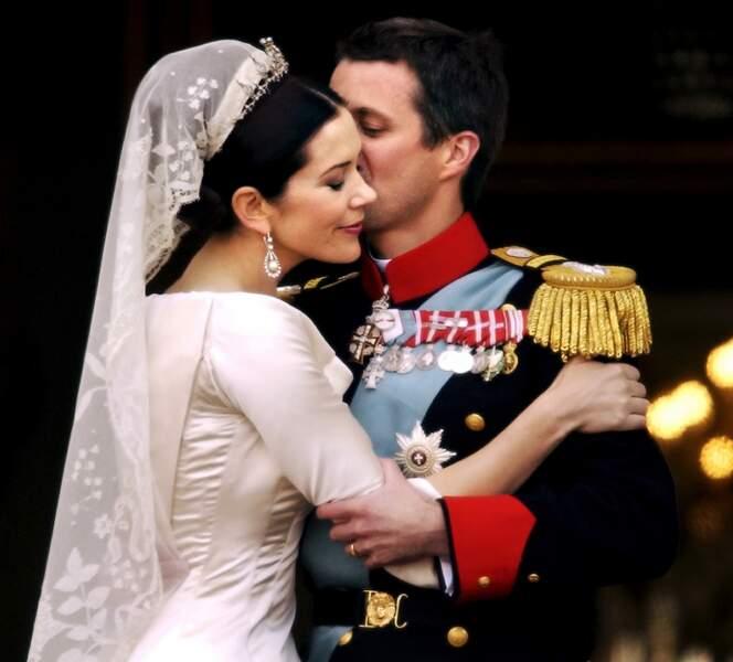 Le prince Frederik et Mary de Danemark (en robe Uffe Frank), le jour de leur mariage à Copenhague, le 18 mai 2004