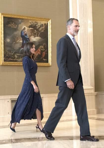 Letizia d'Espagne chic en robe longue fendue pour une audience avec son mari, le roi Felipe VI