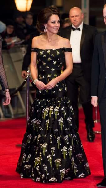 La coupe ainsi que les motifs de la robe de Kate ne sont pas tout à fait dans l'air du temps…