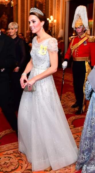 Kate Middleton porte l'insigne jaune de l'ordre de la famille royale de la Reine