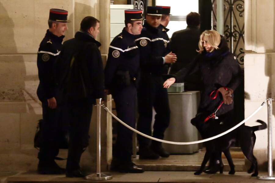 Fin de la promenade pour Brigitte Macron et son chien Nemo !