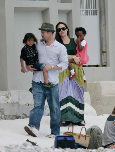 Brad Pitt, Angelina Jolie et leurs enfants à Eze-sur-Mer en 2008