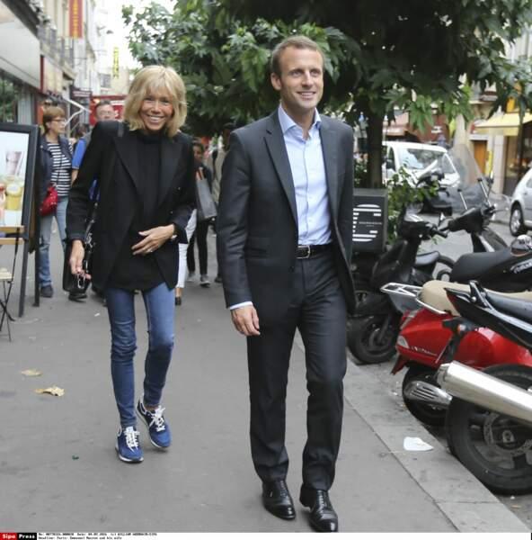 Dans les rues de Paris c'est un look passe partout, sneakers, jean et blazer