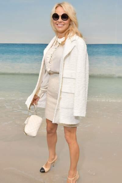 Pamela Anderson en total look immaculé pour son premier défilé Chanel