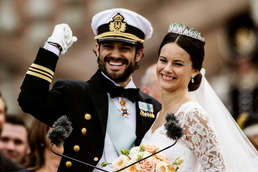 En tenue officielle très classe, le prince Carl Philip épouse Sofia Hellqvist à Stockholm, le 13 juin 2015.