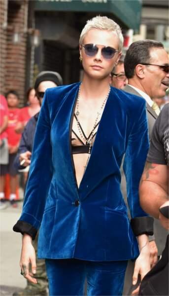 Cara Delevingne très chic avec son soutien-gorge sous sa veste en velours