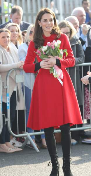 Kate Middleton tout sourire, un bouquet de roses dans les bras, à Belfast.