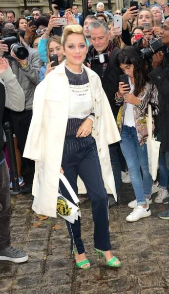 Marion Cotillard ultra chic et avec ses nouveaux cheveux blonds pour se rendre au défilé Valentino