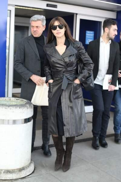 En trench en cuir cintré, Monica Bellucci débordait d'allure à l'aéroport de Milan, le 19 février 2019.
