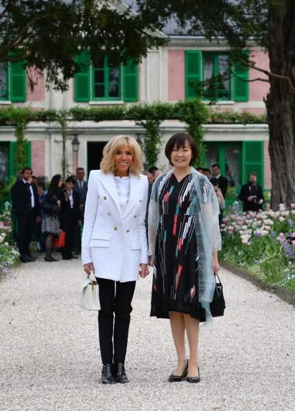 Brigitte Macron chic en blanc et noir et cheveux lâchés avec Akie Abe, la femme du premier ministre du Japon