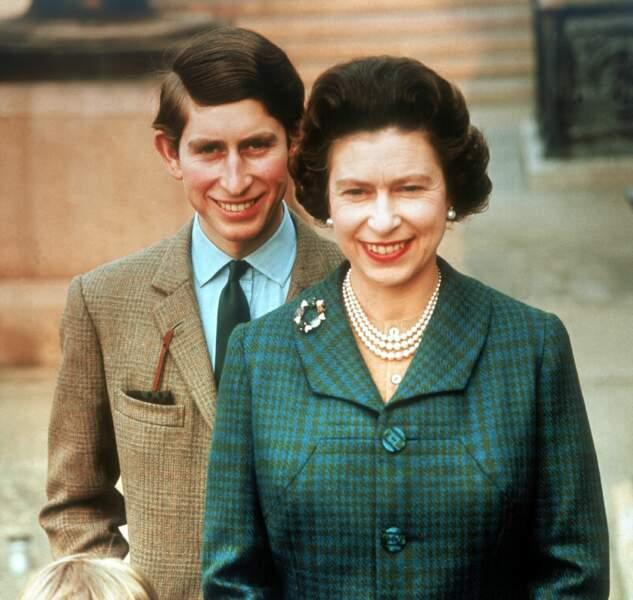 Le prince Charles et la reine Elizabeth II au château de Windsor, en 1969
