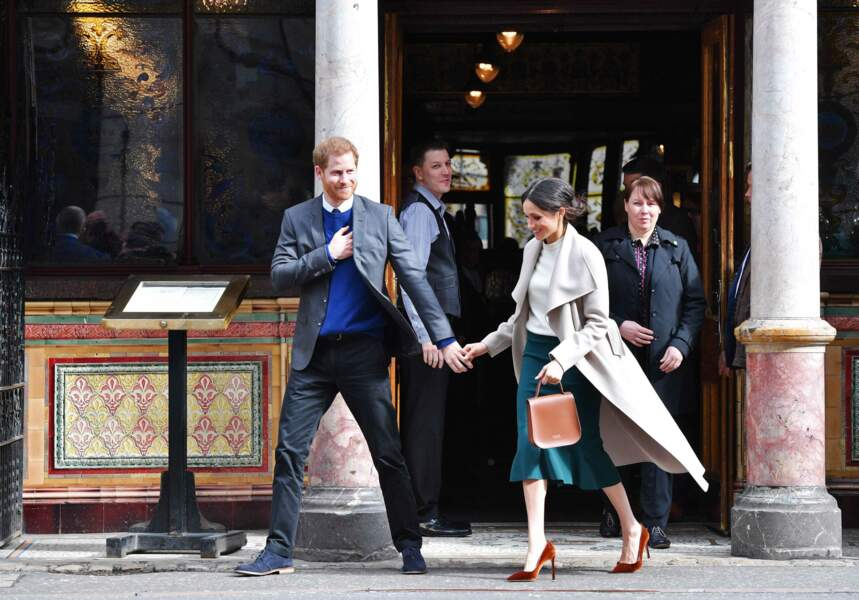 Le prince Harry et Meghan Markle saluent la foule lors de leur passage à Belfast le 23 mars 2018