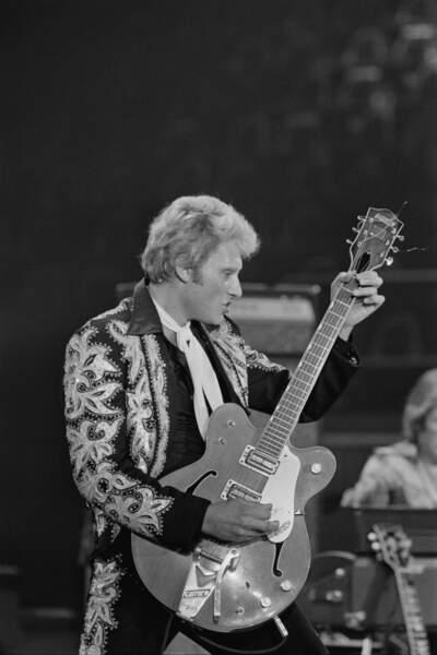 Johnny Hallyday avec une belle veste brodée en 1975